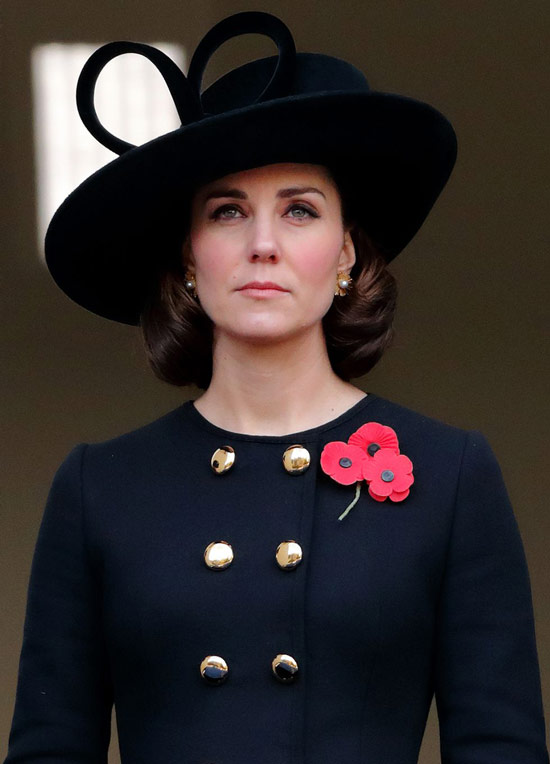 Кейт Миддлтон в синем жакете с золотыми пуговицами, черная шляпа