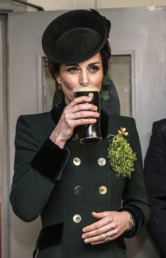 Кейт Миддлтон в темно зеленом жакете с пуговицами и шляпка