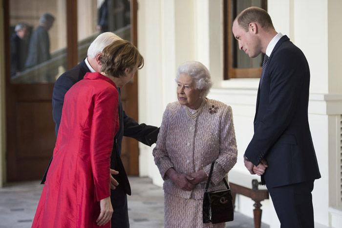 Королева Елизавета с светло розовом костюме