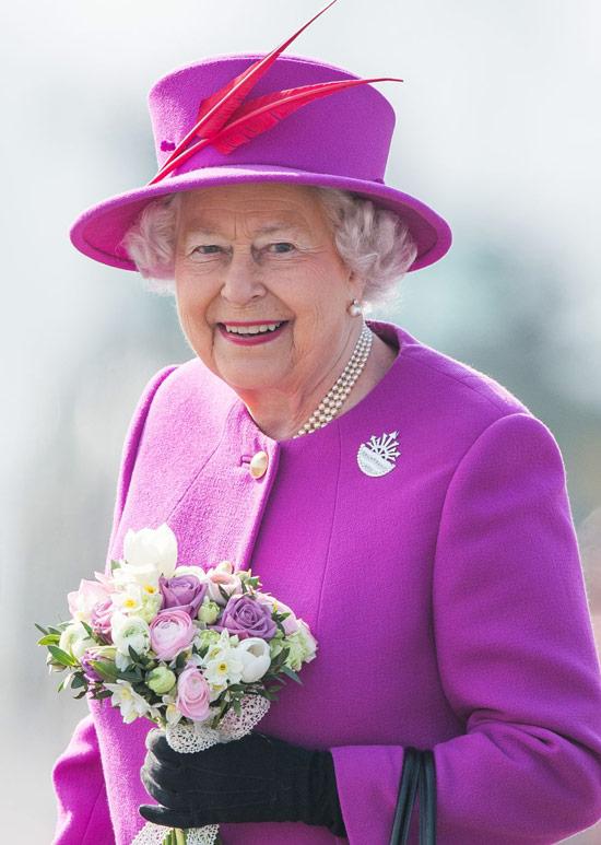 Королева Елизавета в фиолетовом пальто и шляпке