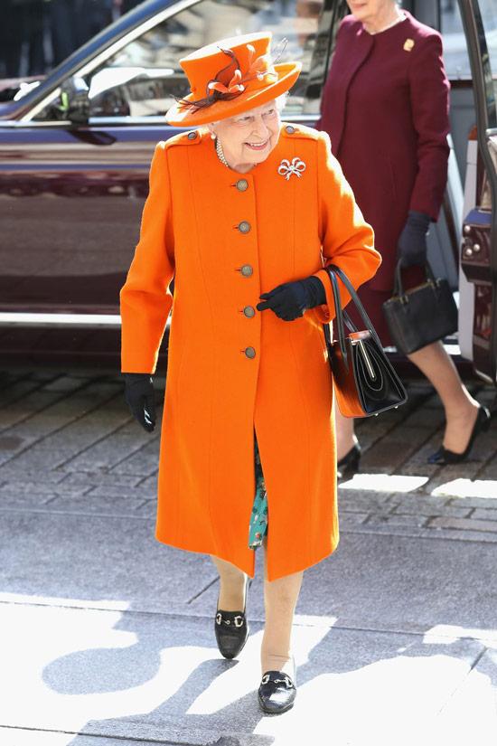 Королева Елизавета в ярко оранжевом пальто и шляпке