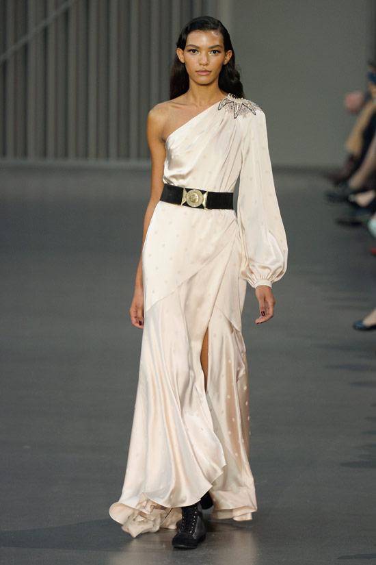 Модель в белом атласном платье макси на одно лечо от Temperley London