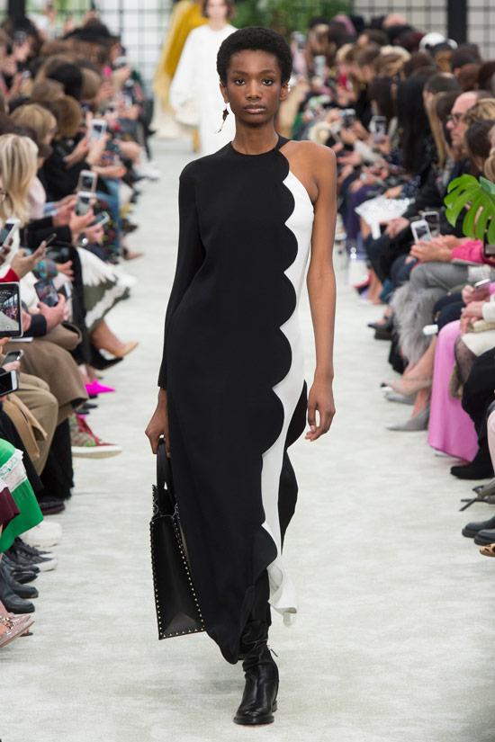 Модель в черно-белом платье макси от Valentino