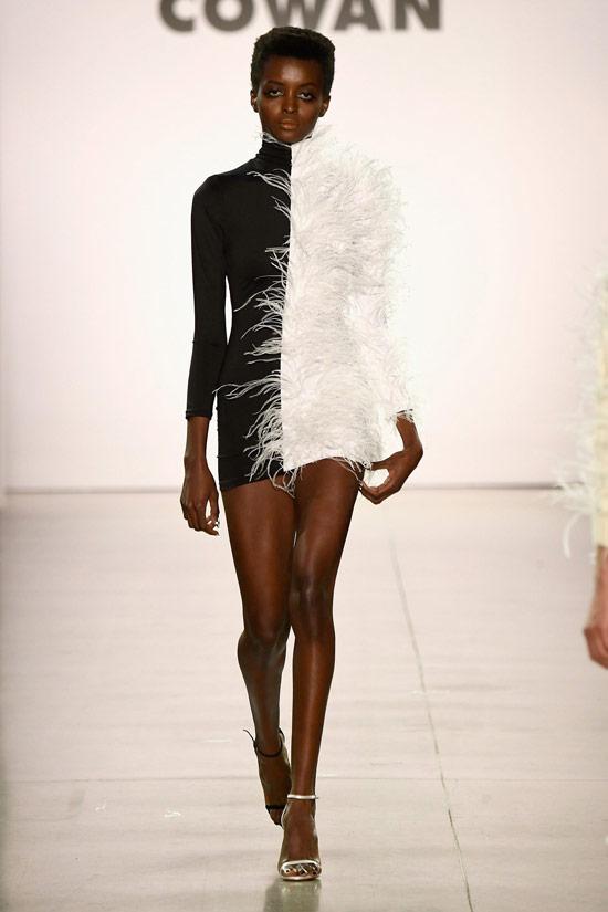 Модель в черно-белом платье мини с длинными рукавами от Christian Cowan