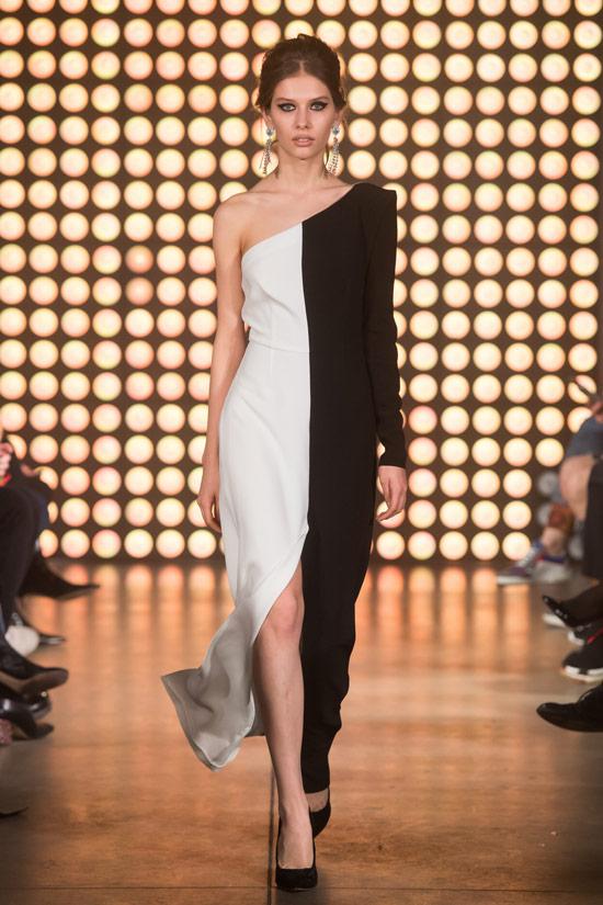 Модель в черно-белом платье на одно плечо от Beso Turа