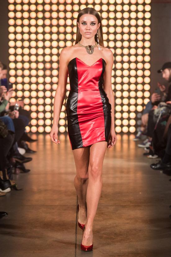 Модель в черно-красном платье мини от Besoт Turá