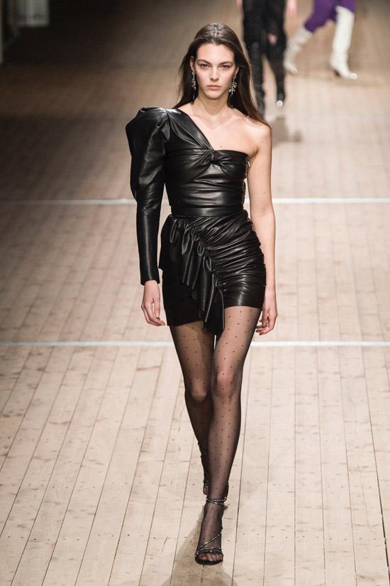 Модель в черном кожаном платье мини на одно плечо от Isabel Marant