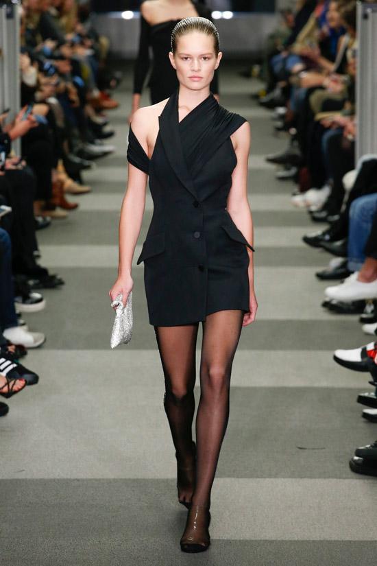 Модель в черном мини платье асимметричного кроя от Alexander Wang