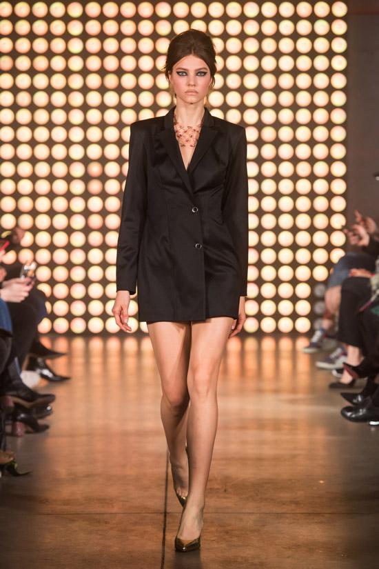 Модель в черном мини платье мужского кроя от Beso Turá