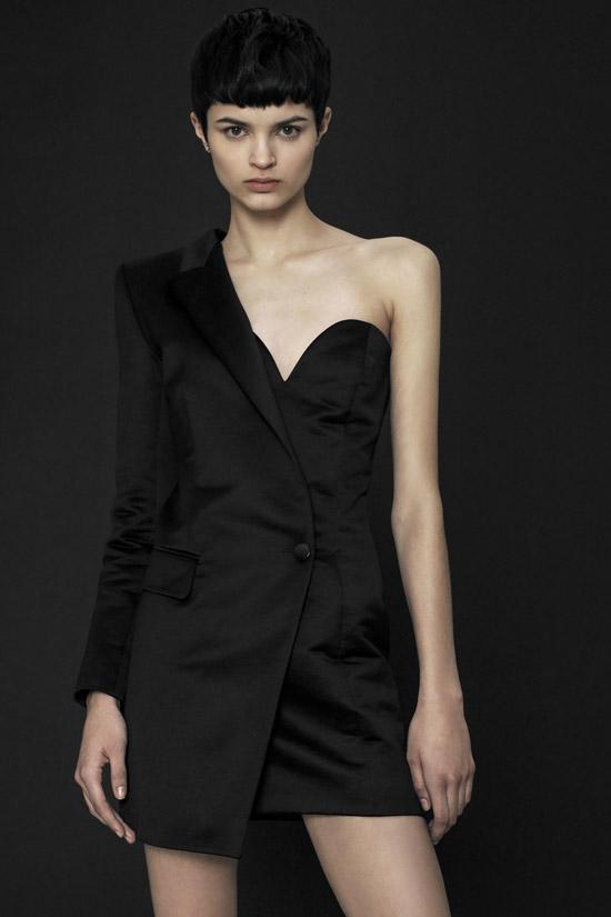 Модель в черном платье пиджак на одно плечо от Barbara Bui