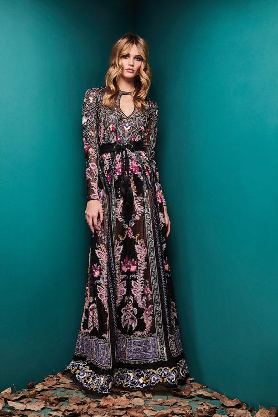 Модель в черном платье с узорами в стиле бохо от Zuhair Murad