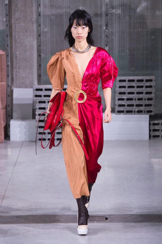 Модель в красно бежевом плтье от Marni