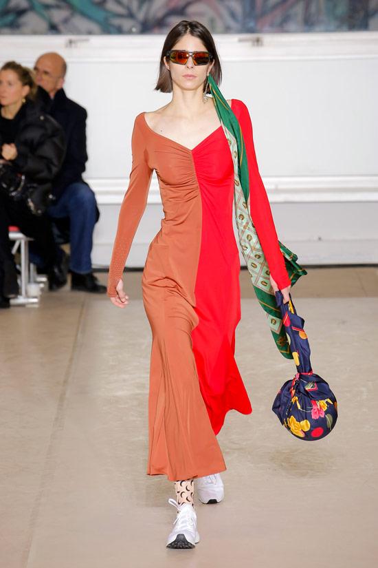 Модель в красно коричневом платье с длиннами рукавами от Marine Serre