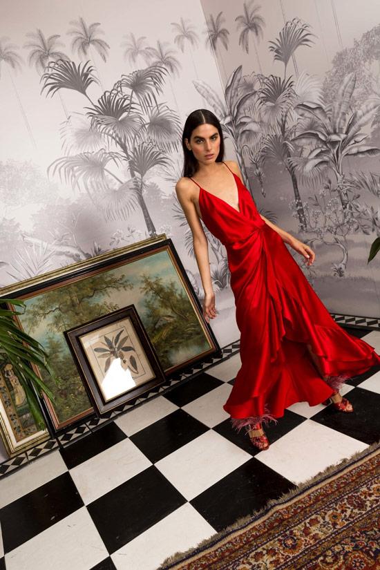 Модель в красном платье комбиниция макси от Johanna Ortiz