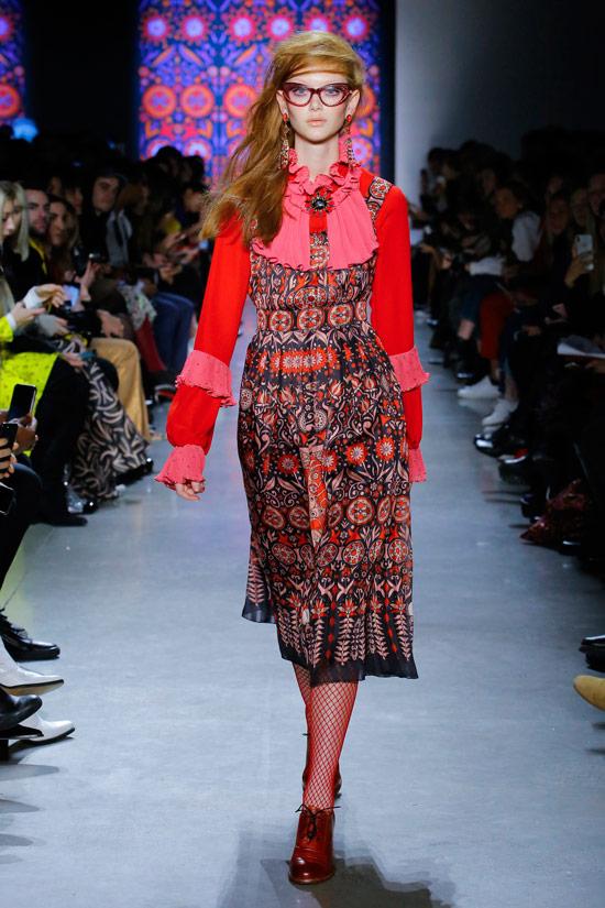 Модель в пестром платье средней длины с красными рукавами от Anna Sui