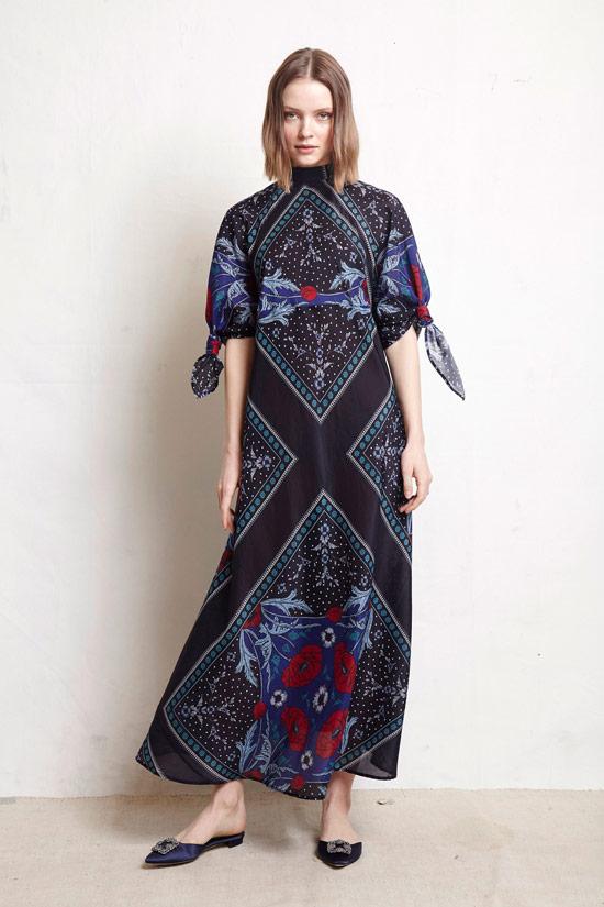 Модель в просторном платье макси в стиле бохо от Warm