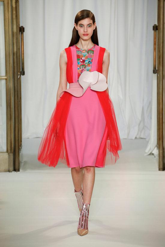 Модель в розовом платье футляр с красными вставками от Delpozo
