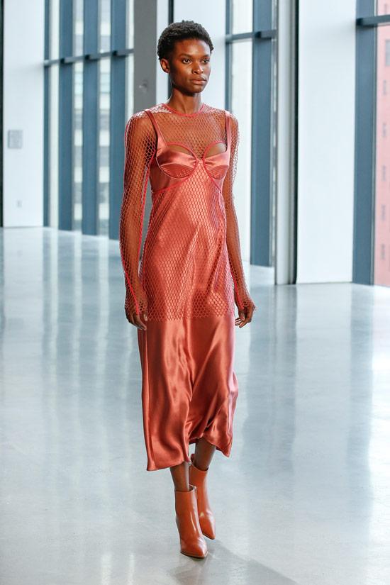Модель в розовом платье комбиниция с сеткой от Dion Lee