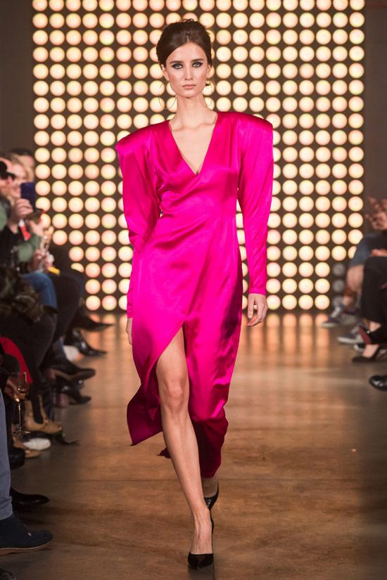 Модель в розовом платье с объемными плечами от Beso Turá