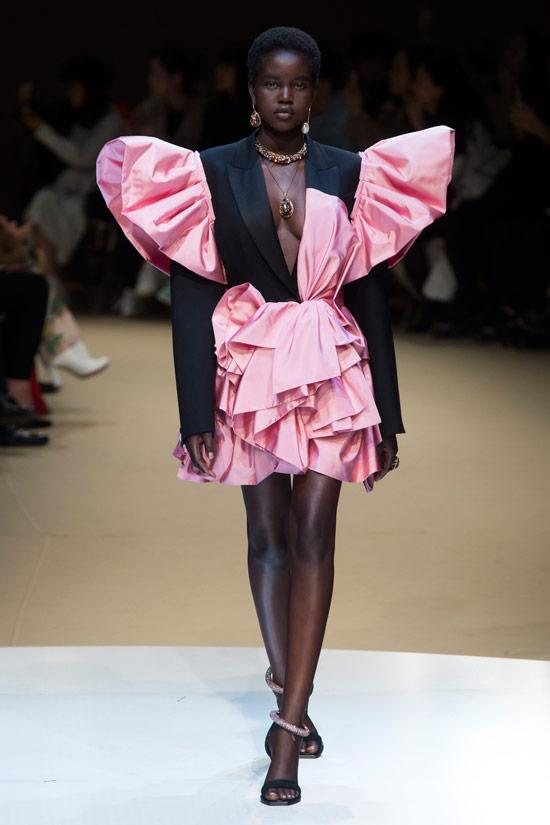 Модель в розовом платье с оборками и объемными плечами от Alexander McQueen
