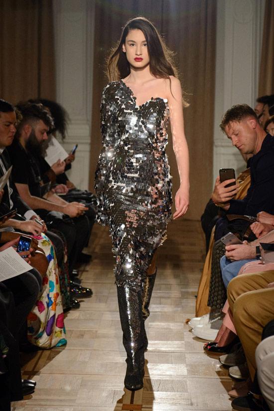Модель в серебристом платье с блестками на одно плечо от Anouki