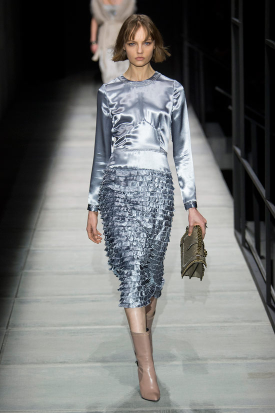 Модель в серебристом платье с длинными рукавами от Bottega Veneta
