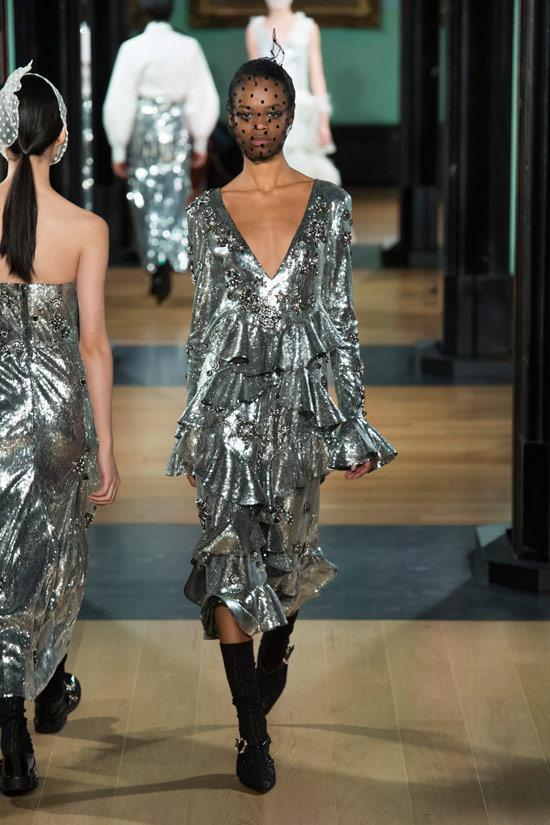 Модель в серебристом платье с воланами от Erdem