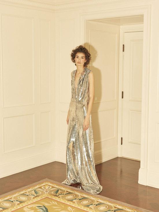 Модель в серебристом вечернем платье макси от Anouki
