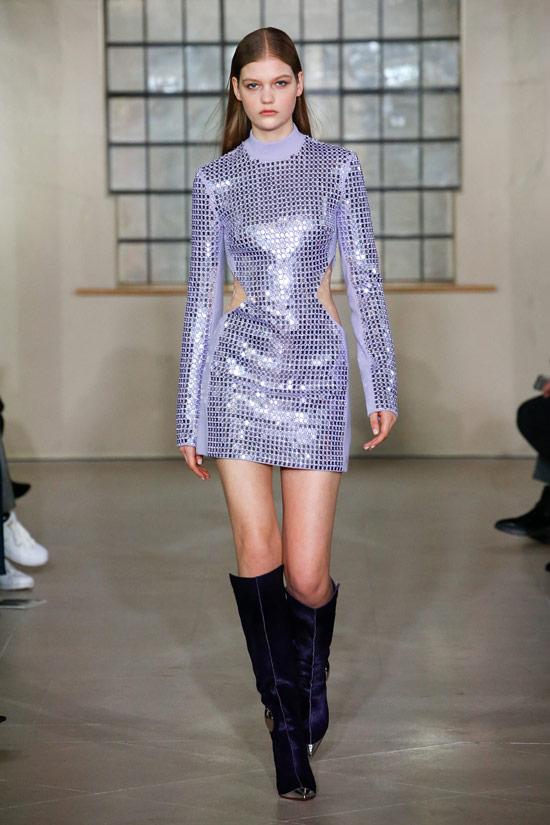 Модель в сером мини платье с блестками и длинными рукавами от David Koma