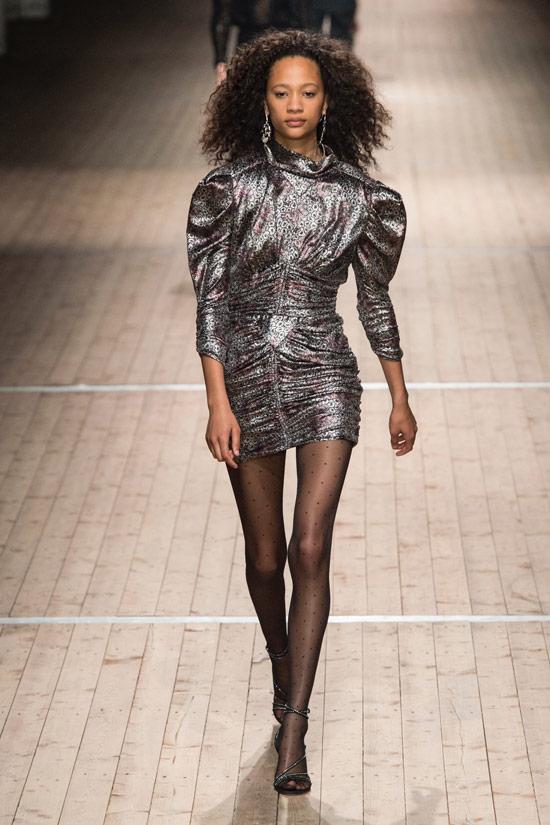 Модель в сером мини платье с блестками от Isabel Marant
