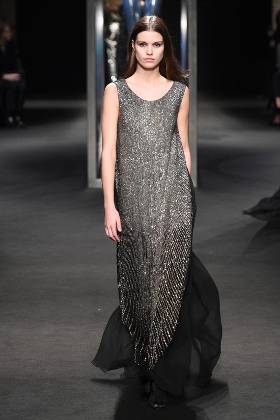 Модель в сером платье макси с блестками от Alberta Ferretti