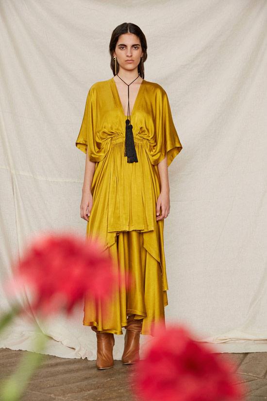 Модель в желтом атласном платье макси от Kitx