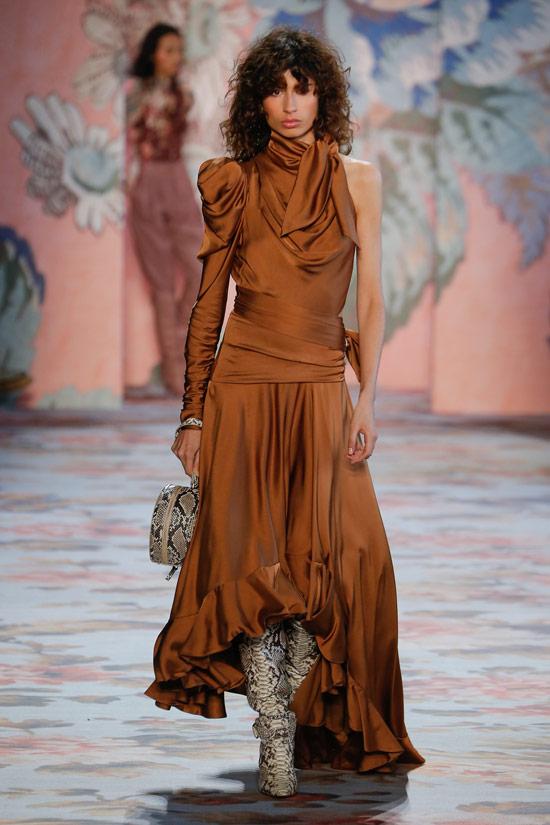 Модель в коричневом атласном платье на одно плечо от Zimmermann