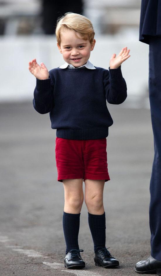 принц Джордж в красных шортах и синем джемпере