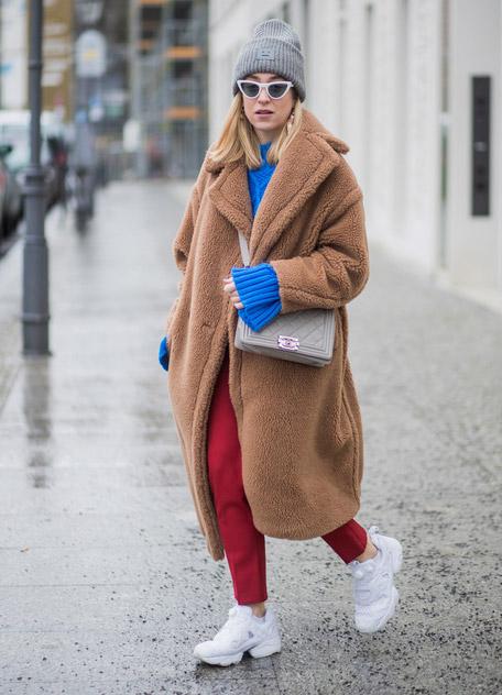 Девушка в желтом синтепоновом пальто и белых брюках