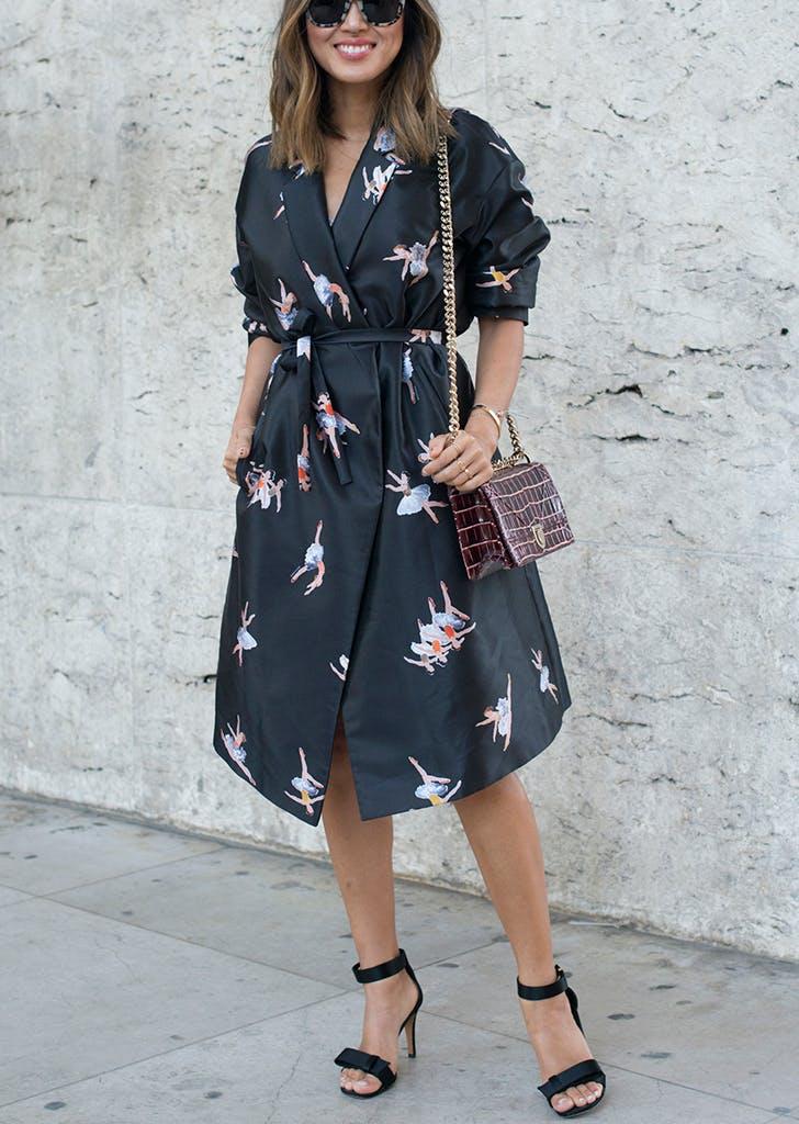 Девушка в черном платье с поясом и черные босоножки
