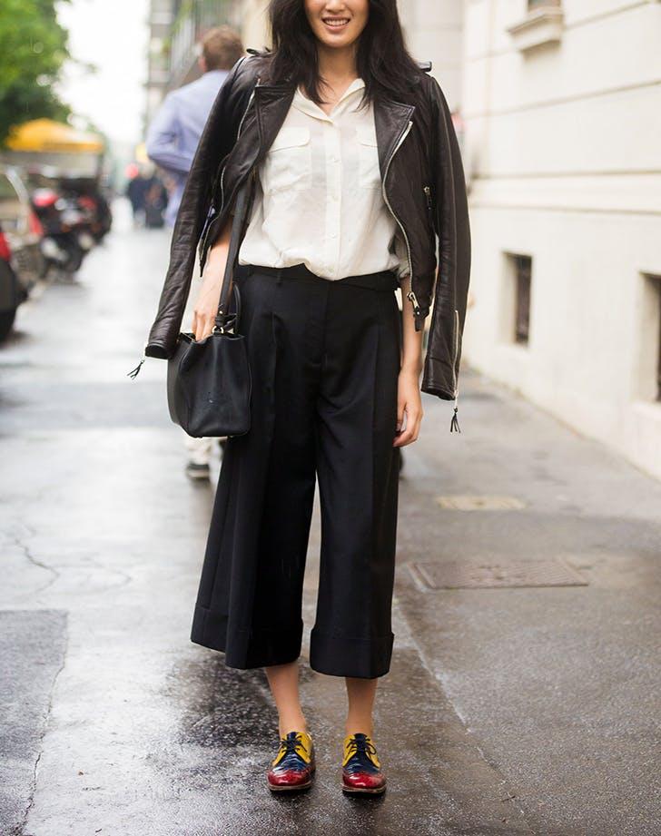 Девушка в черных кюлотах, белая рубашка и куртка косуха
