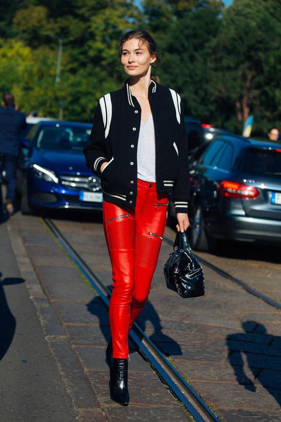 Девушка в красных кожаных деггинсах и синем бомбере