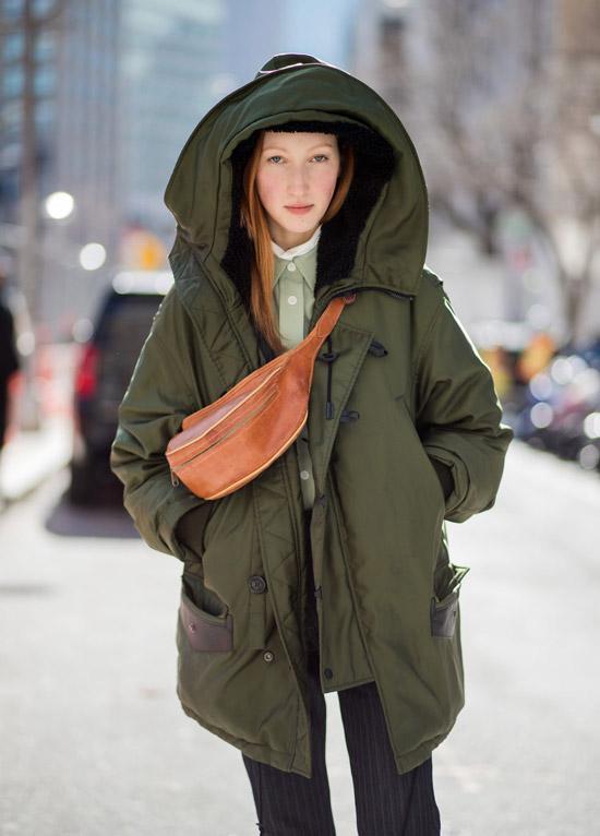 Девушка в модной зеленой парке