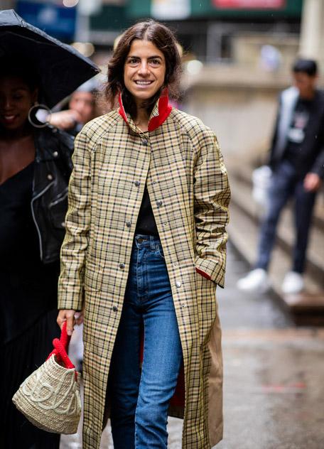 Девушка в пальто в клетку и джинсах