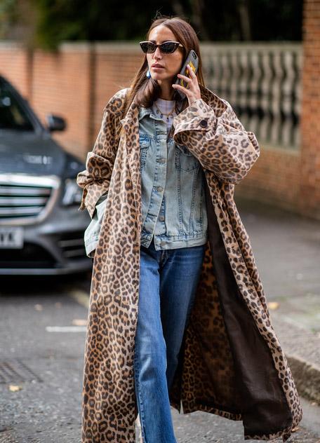 Девушка в пльто с леопардовым принтом, джинсы и джинсовая куртка