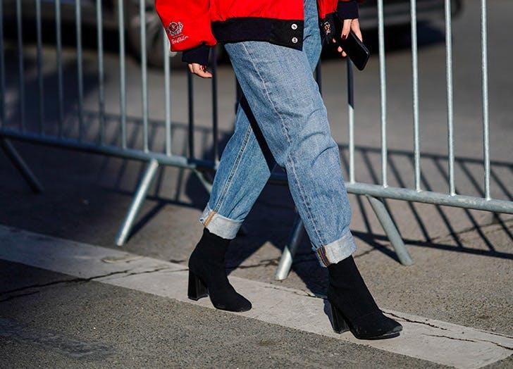 Девушка в подвернутых джинсах бойфренда и черных ботильонах