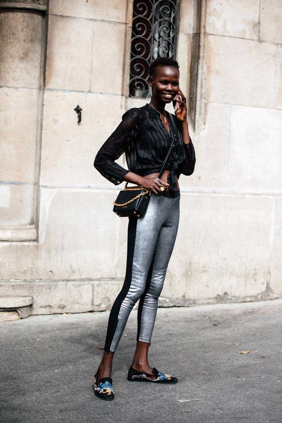 Девушка в серебристых леггинсах и черной рубашке