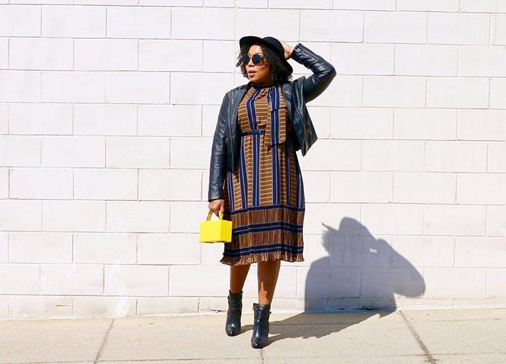 Девушка в сине-коричневом платье , куртка косуха и черные ботильоны