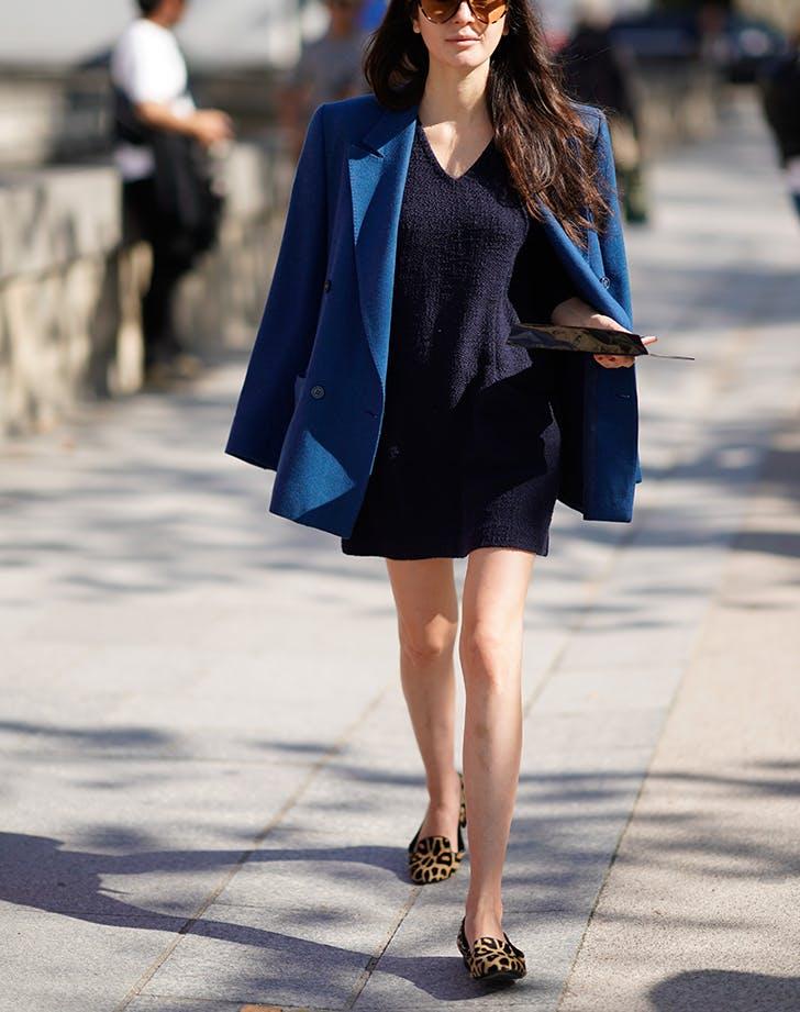 Девушка в темно синем мини платье, сини пиджак и леопардовые туфли