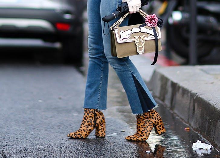 Девушка в укороченных джинсах и леопардовых ботильонах