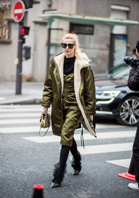 Девушка в зеленой блестящей куртке, модная парка