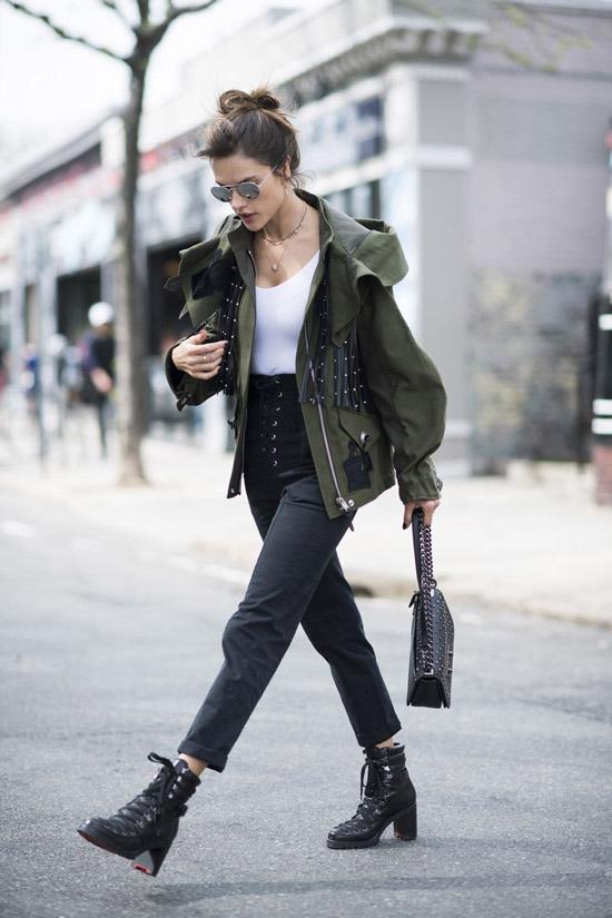 Девушка в зеленой короткой парке, черные брюки и ботинки
