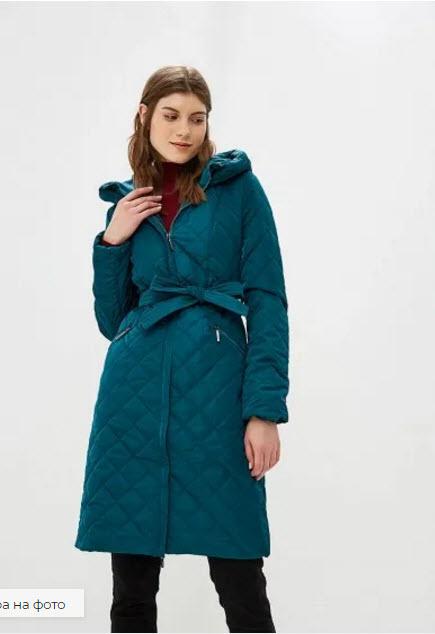 Девушка в зеленом синтепоновом пальто с поясом