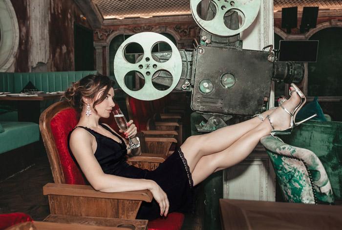 Лора Резникова в черном платье и красивых босоножках от Giuseppe Zanotti